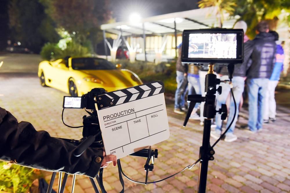 ¿Cuáles son los servicios esenciales de una producción cinematográfica?
